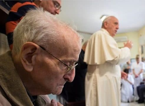 Papa Francisco a sacerdotes ancianos: El Señor carga nuestra cruz