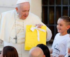 """Papa Francisco: """"Cada uno de nosotros es hermoso a los ojos de Dios"""""""