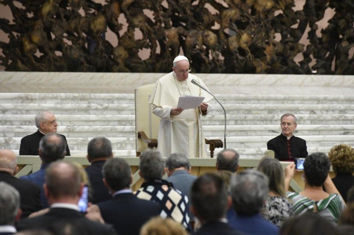 El Papa Francisco en reunión con farmacéuticos de la Fundación Banco Farmacéutico. Foto: Vatican Media.