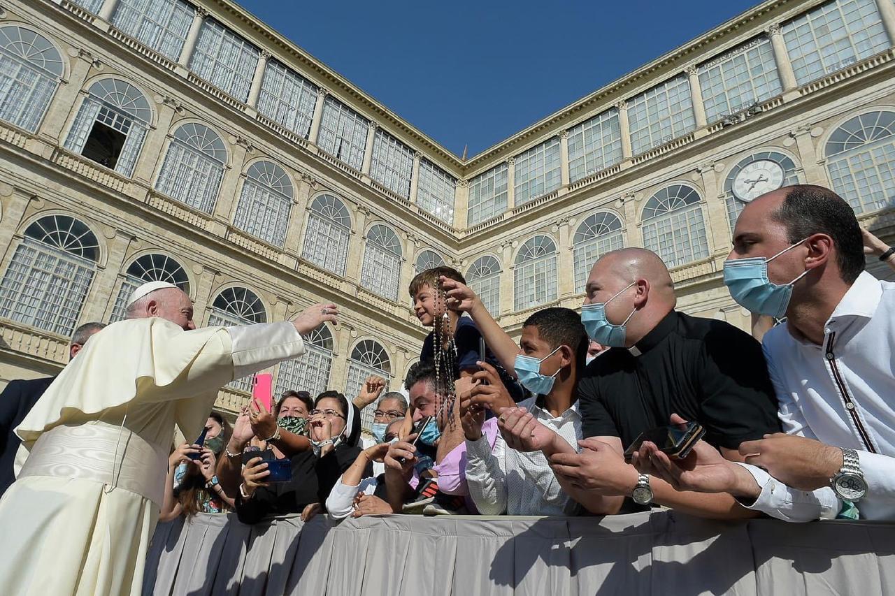 El Papa Francisco saluda a los fieles en el Patio de San Dámaso.