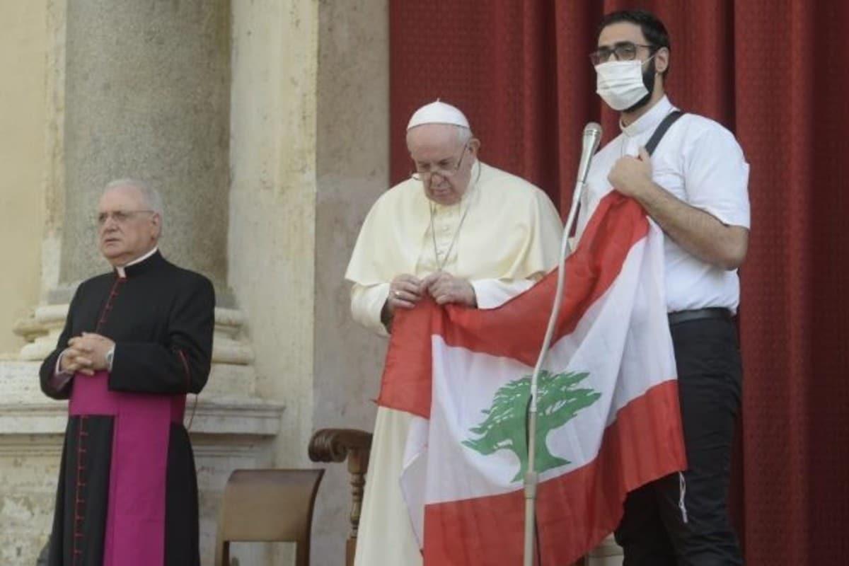 El Papa Francisco sostiene una bandera de Líbano en Audiencia General. Foto: Vatican Media/Archivo
