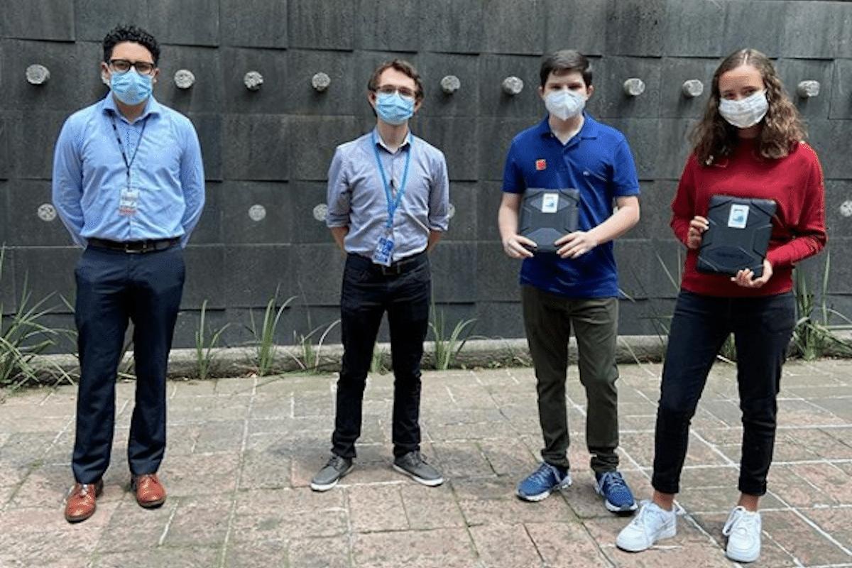 En la entrega de 15 tabletas en el Hospital Salvador Zubirán para comunicar a enfermos de COVID-19. Foto: Unidos con Tabletas/Instagram.