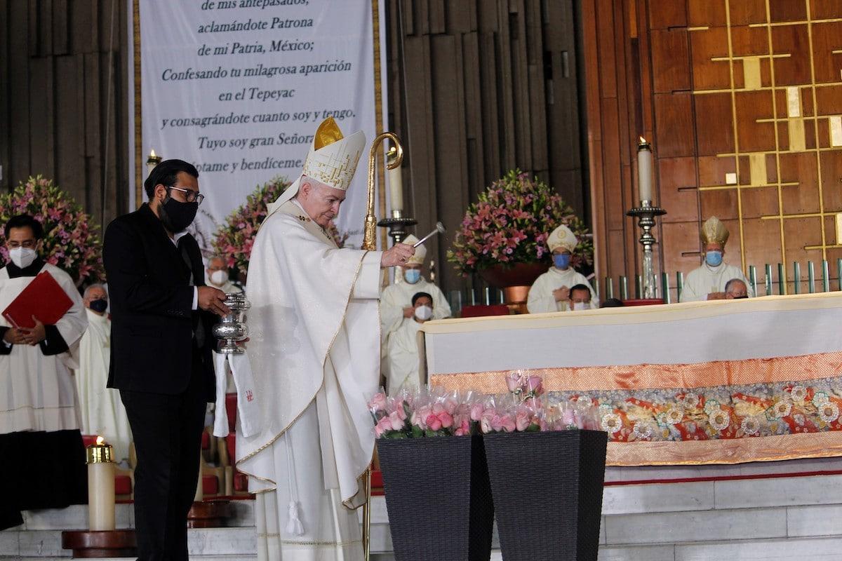 El Cardenal Carlos Aguiar bendice las rosas. Foto: Basílica de Guadalupe