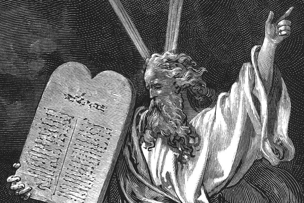 Moisés con la tabla de los 10 mandamientos. Foto: Cathopic.