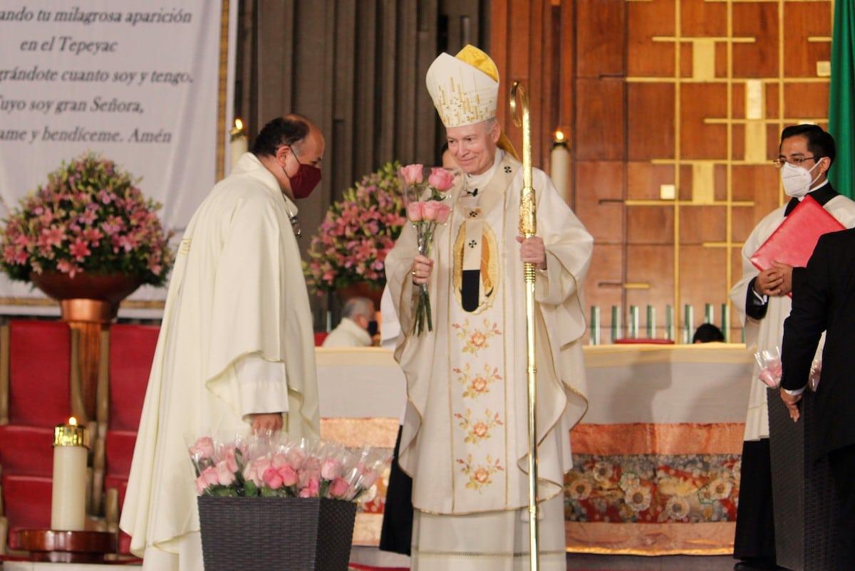 El Arzobispo Primado de México le entrega al Rector de la Basílica de Guadalupe un ramo de rosas, en memoria a las rosas que San Juan Diego le presentó al primer obispo durante el acontecimiento guadalupano. Foto: Basílica de Guadalupe