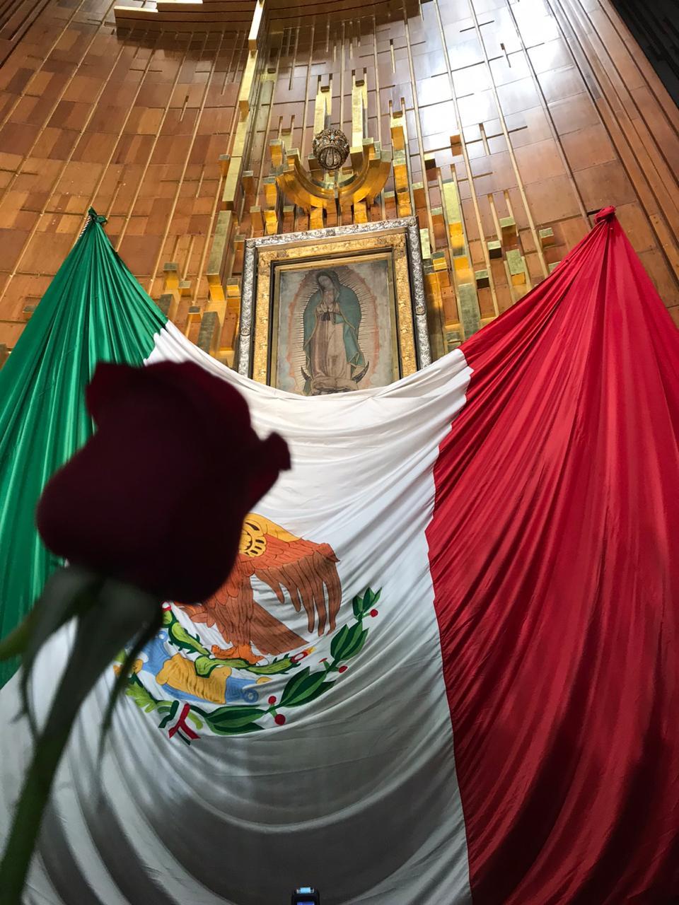 Los fieles recibieron una rosa en la Basílica de Guadalupe.