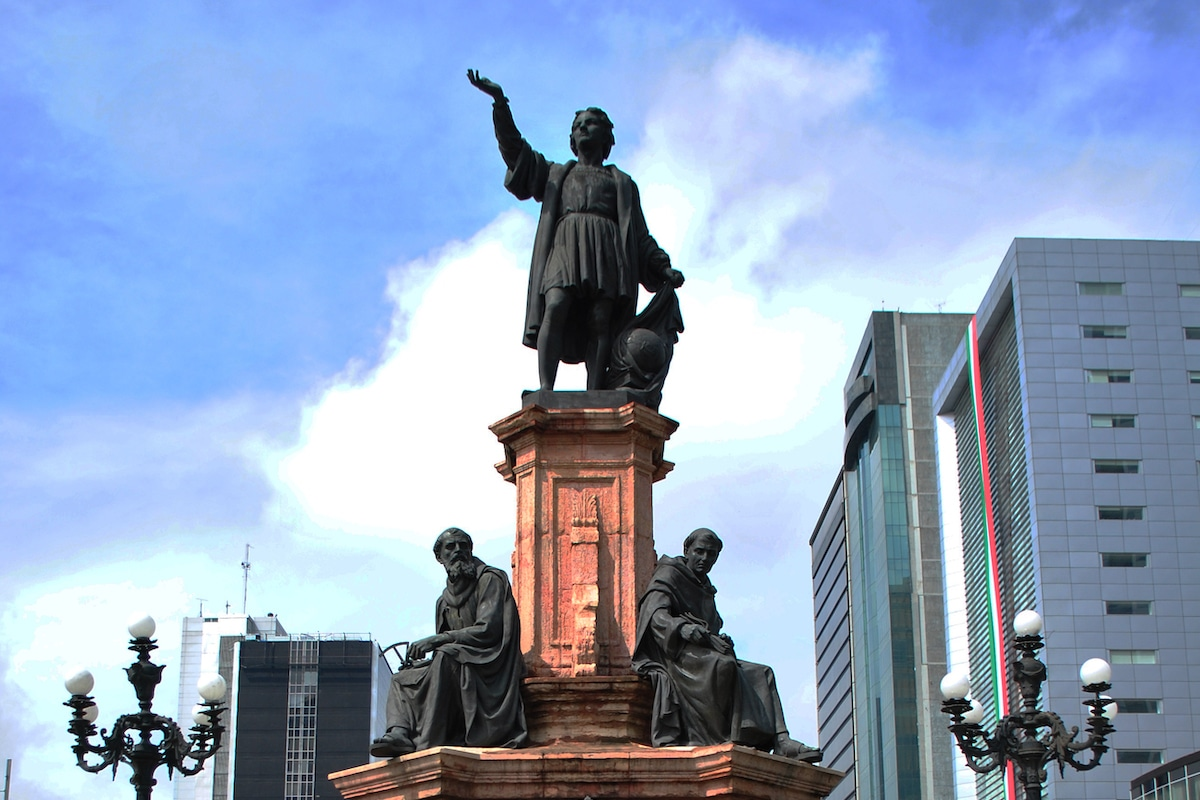 El Monumento a Colón, retirado de Paseo de la Reforma, incluye 4 frailes.
