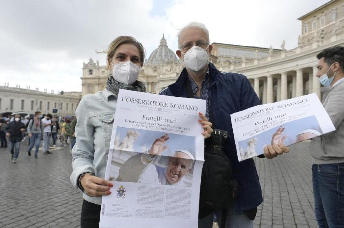 El Papa Francisco regaló la nueva encíclica en la edición extraordinaria de L'Osservatore Romano. Foto: Vatican Media.