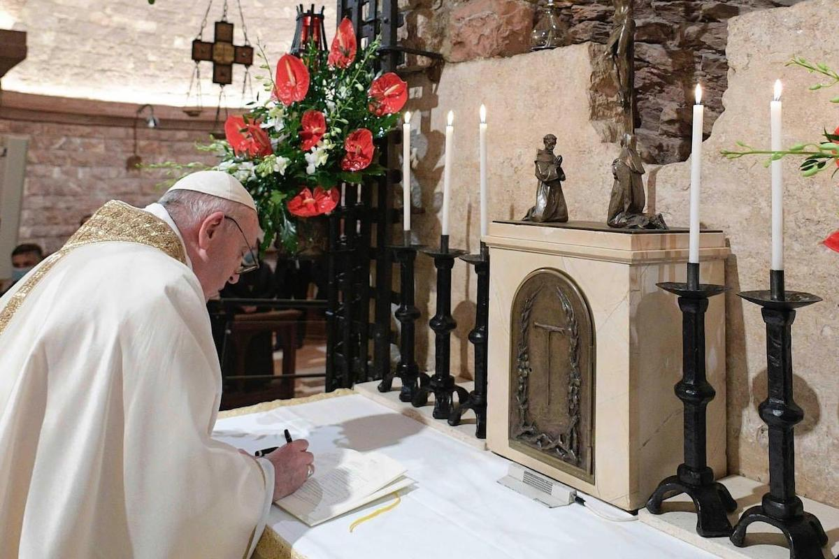 El Papa Francisco firmó la Encíclica Fratelli tutti en Asís, Italia. Foto: Vatican Media