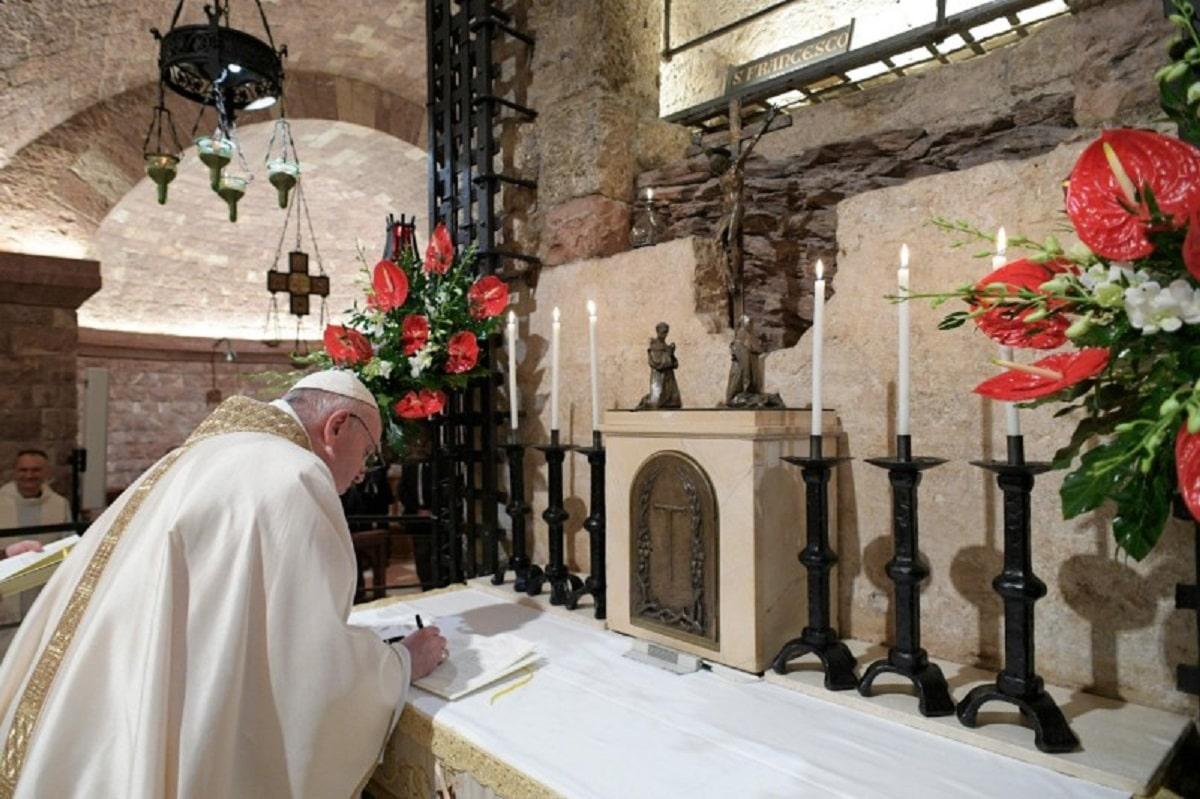 El Papa Francisco firma la encíclica Fratelli tutti (Todos hermanos) Foto: Vatican Media.