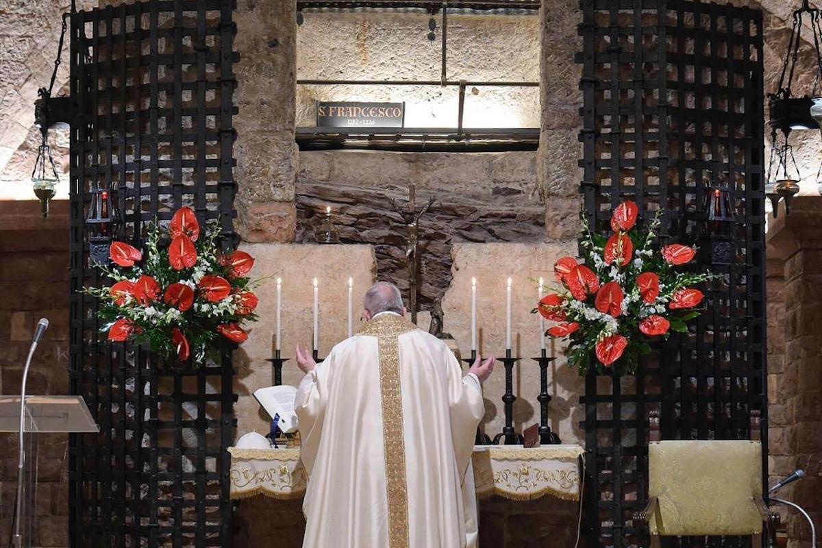 El Papa Francisco celebró una Misa en la tumba de San Francisco de Asís en la víspera de la fiesta del santo. Foto: Vatican Media