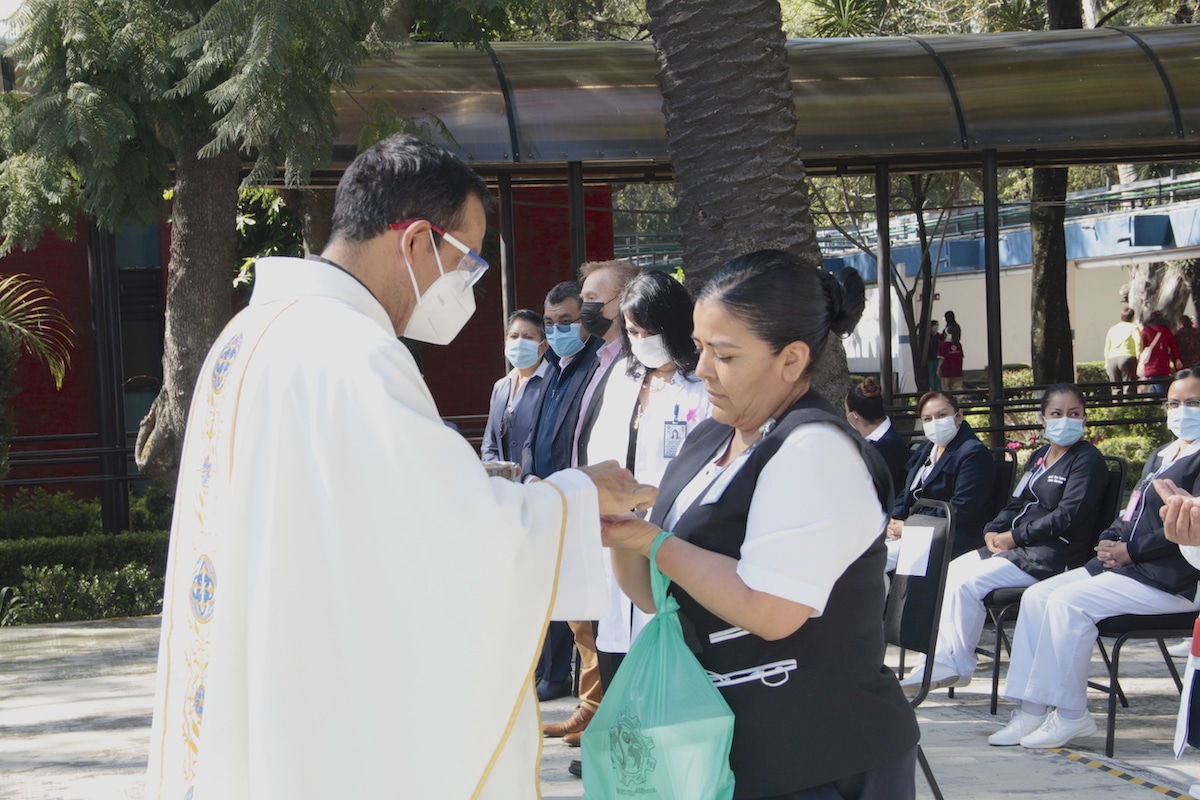 Personal del Hospital General de México recibe la Comunión en la Misa por los médicos. Foto: Alejandro García