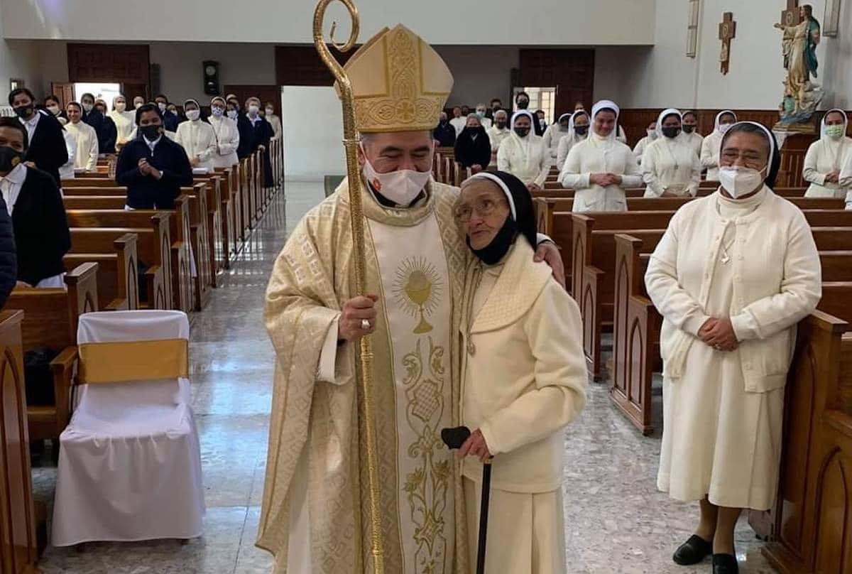 Monseñor Carlos Samaniego y la madre Clemencia, de 100 años de edad.