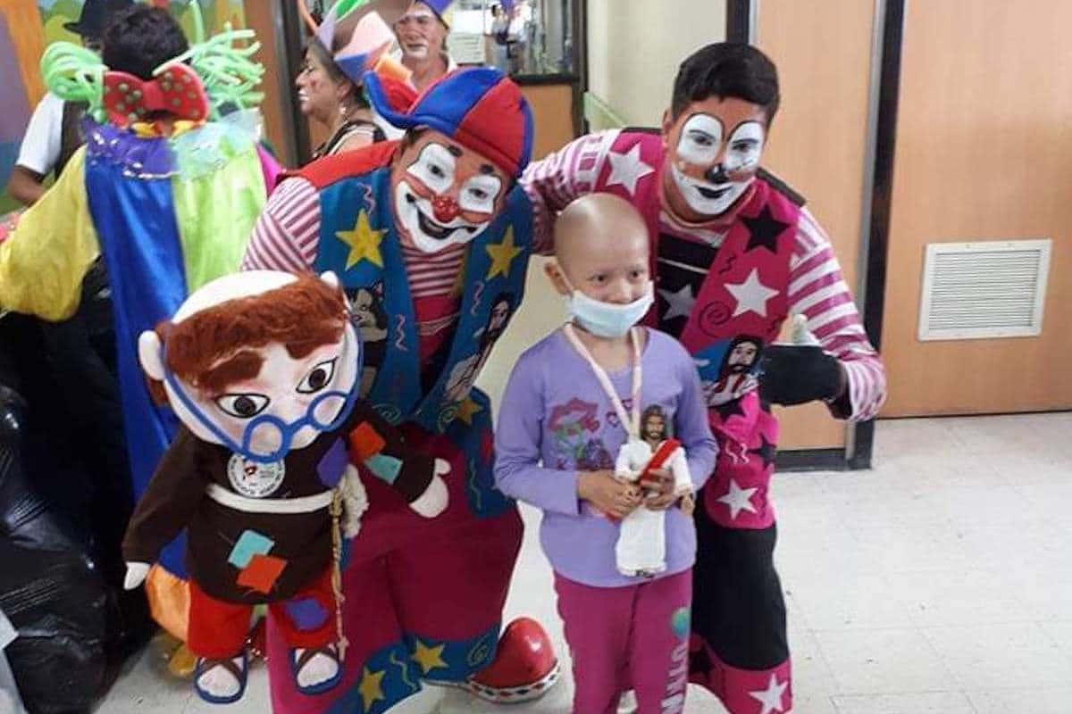 Ayuda a los Payasos Eucarísticos a llevar alegría a niños y ancianitos