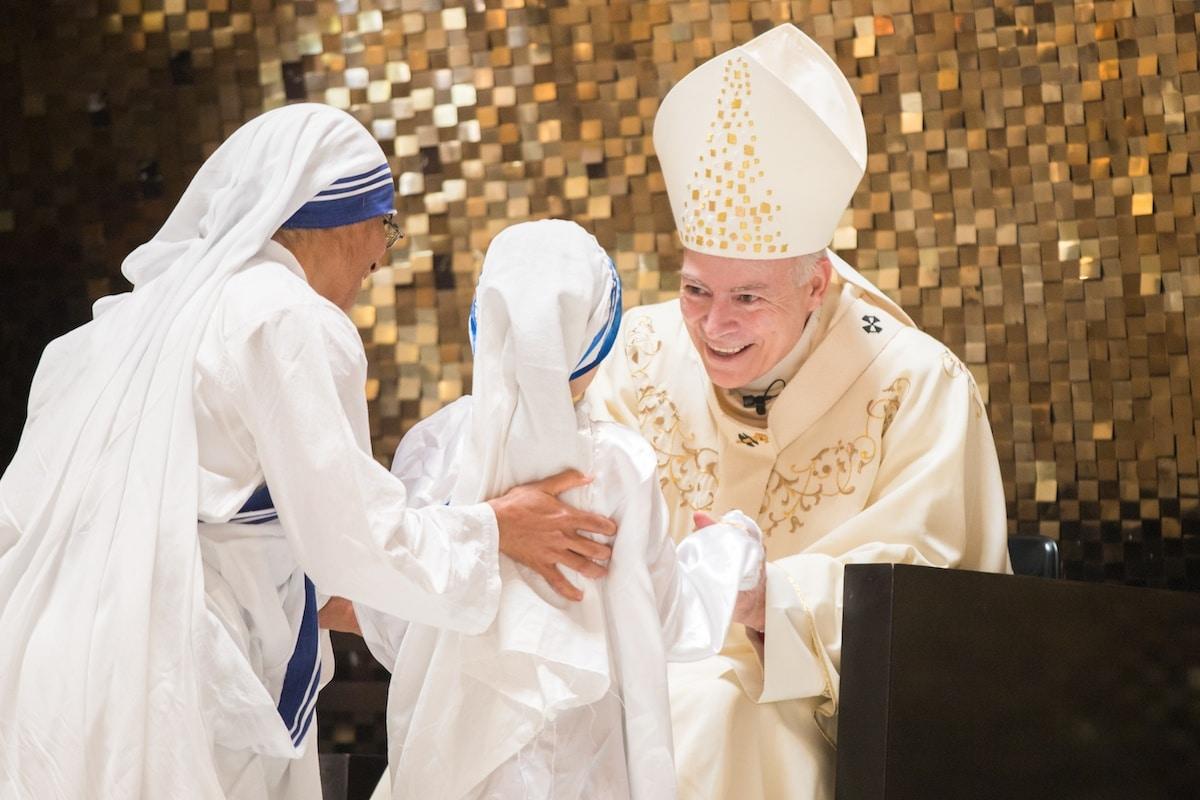 El Cardenal Carlos Aguiar, Arzobispo Primado de México, saluda a unas Misioneras de la Caridad. Foto: María Langarica