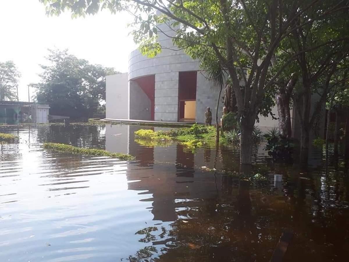 Exterior del Seminario de Tabasco, inundado tras el paso del ciclón Eta.