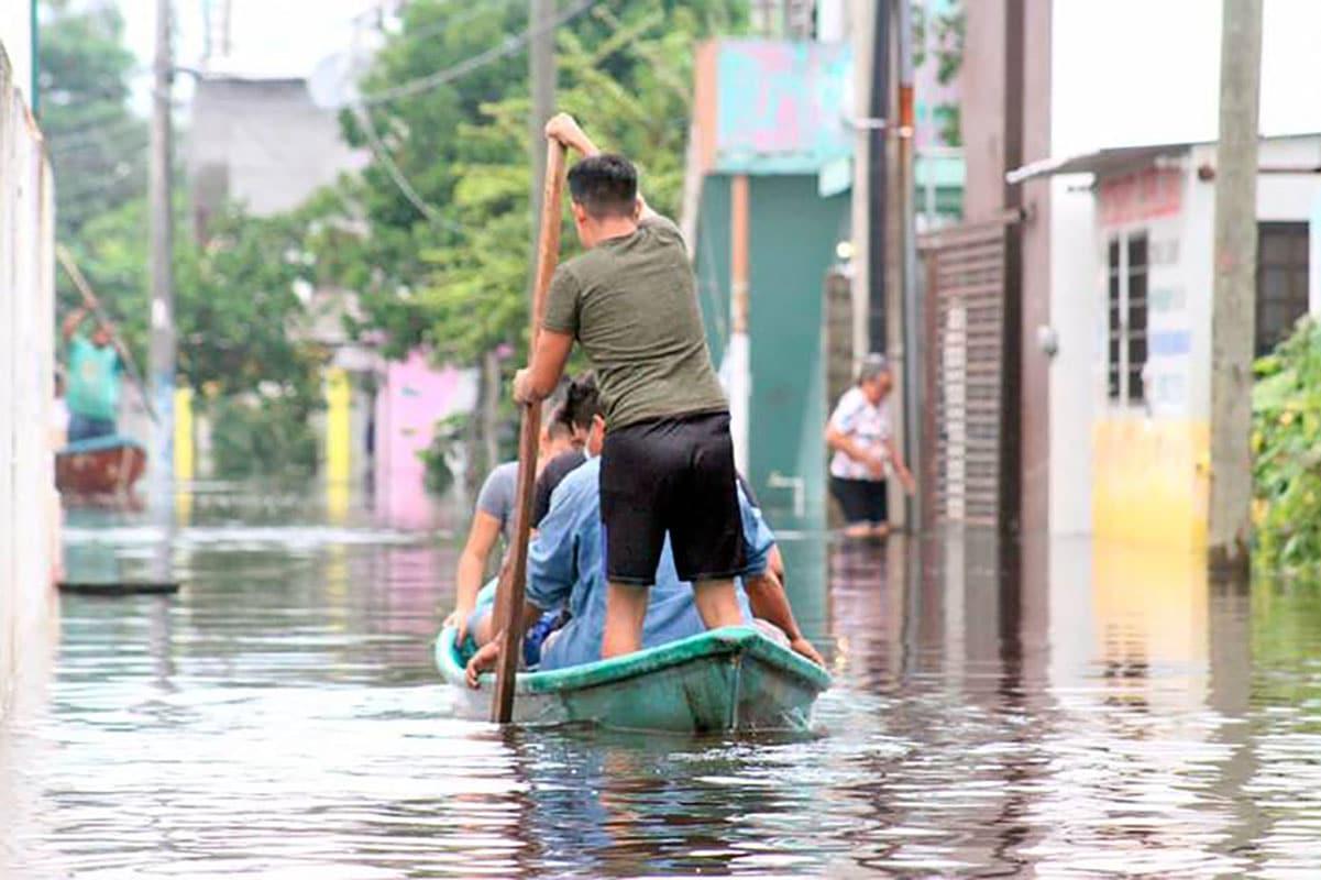 Con cayucos, lanchas y botes, los tabasqueños se mueven por las zonas inundadas. Foto: Carlos Pérez/El Heraldo de Tabasco