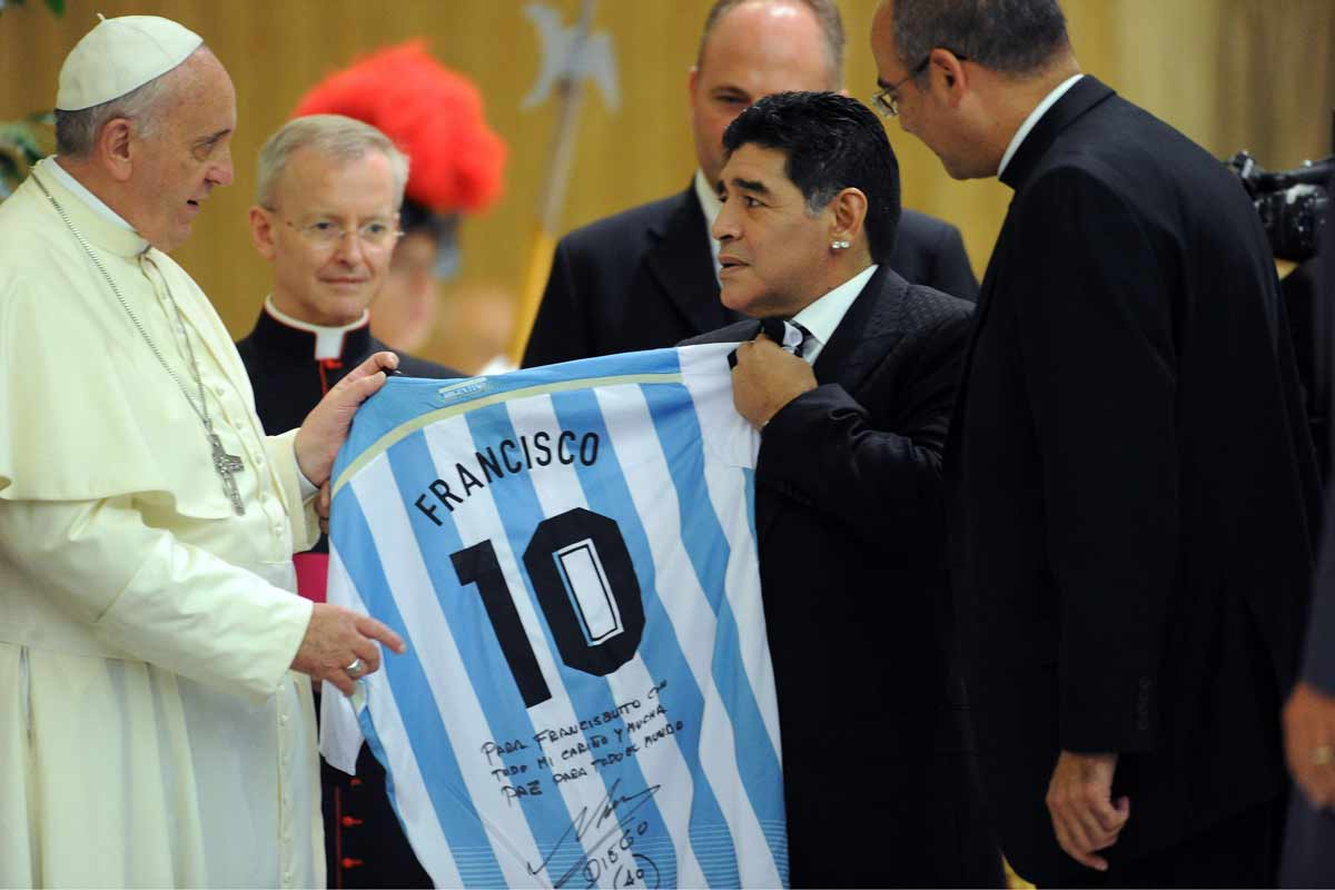 El Papa Francisco recibe la camiseta número 10 de manos de Maradona.