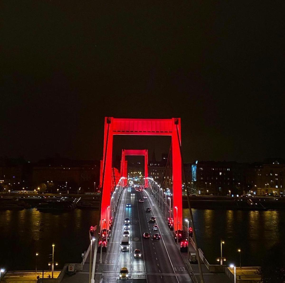 Imagen del Puente Elisabeth (Budapest) iluminado de rojo por los cristianos perseguidos.