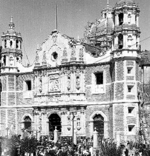Peregrinos visitan la Basílica de Guadalupe en 1920-1925. Foto: Mediateca INAH.