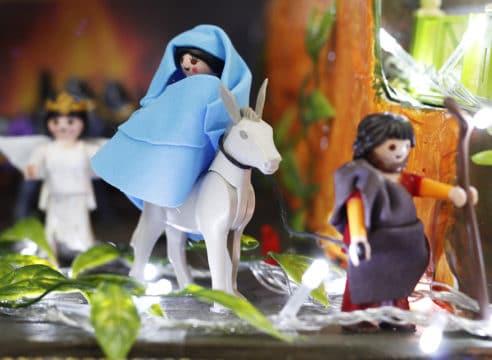 Un sacerdote crea un Nacimiento con figuras de Playmobil