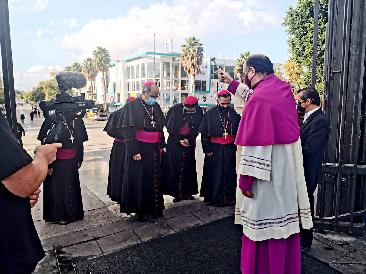 Los Obispos Auxiliares fueron recibidos por el Rector de la Basílica de Guadalupe.