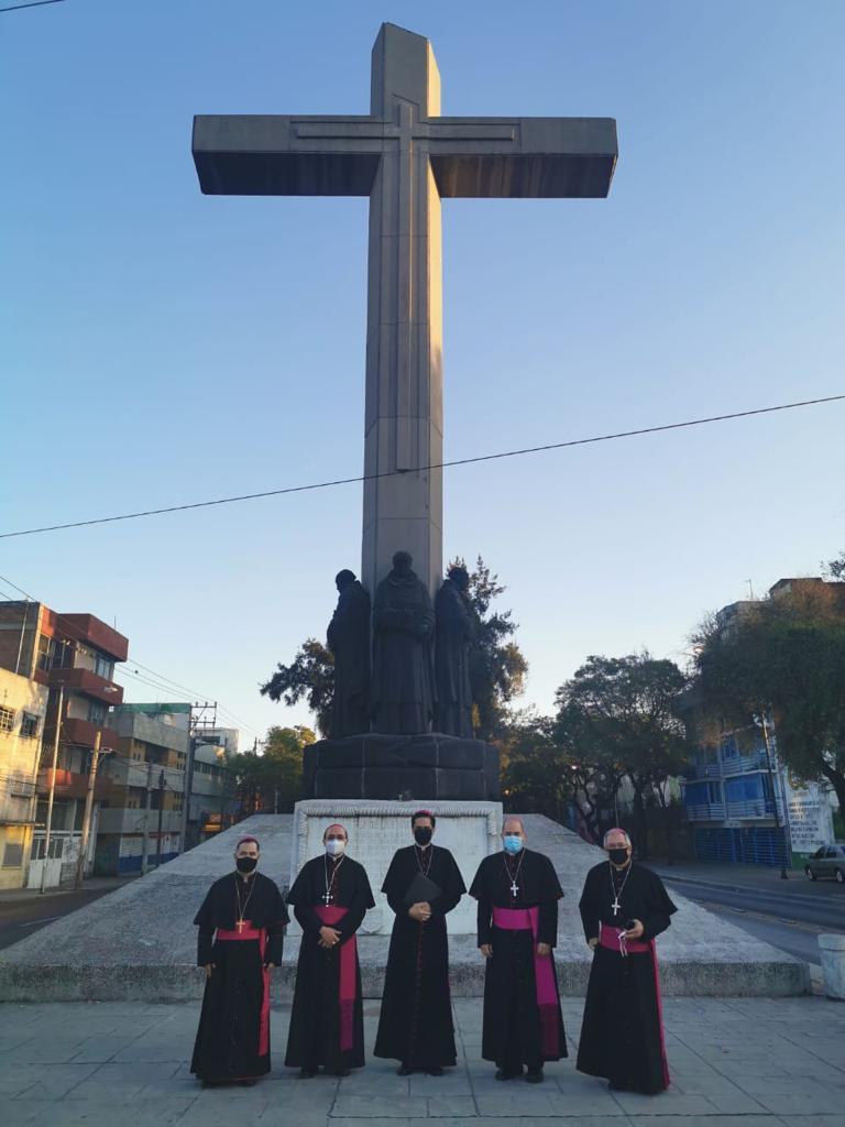 Los Obispos Auxiliares de la Arquidiócesis de México en la Glorieta de Peralvillo, punto de partida para las peregrinaciones a la Basílica de Guadalupe.