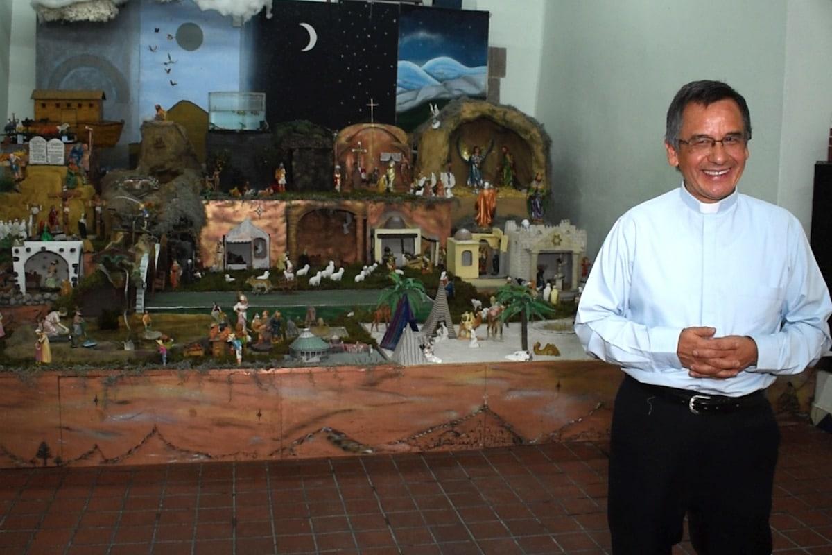 """Padre Efraín Hernández, creador del nacimiento """"Belén mágico"""". Foto: Ricardo Sánchez/DLF"""