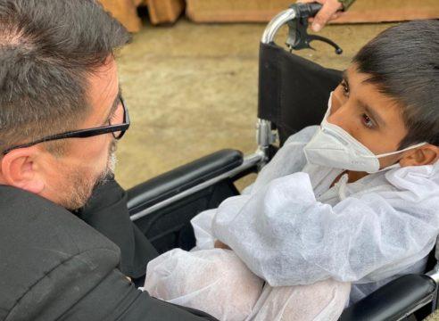 Padre Omar, el sacerdote que adopta a los descartados de Perú