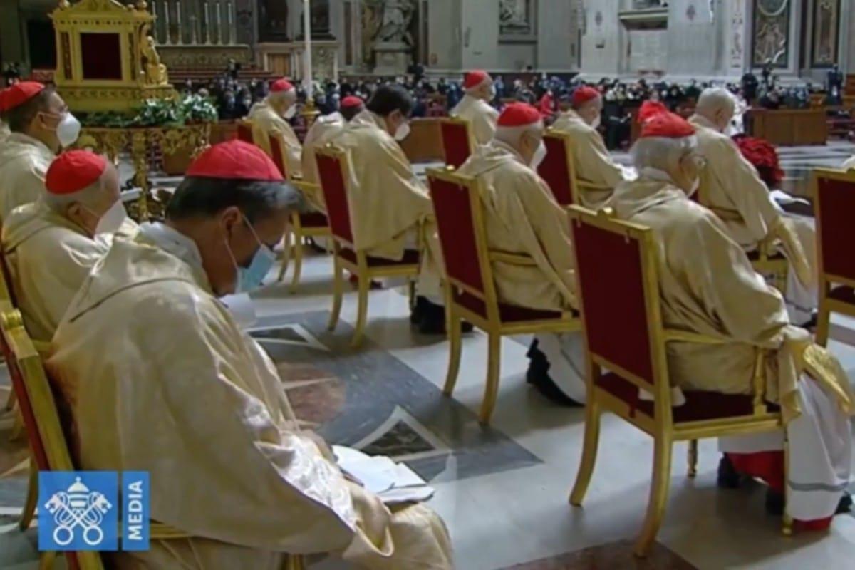 La Misa se llevó a cabo con la presencia de un número reducido de fieles, sacerdotes y obispos.