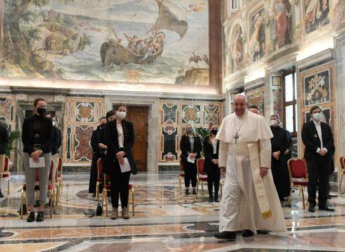 """Papa Francisco: """"Si la sociedad expulsa a Dios, termina adorando ídolos"""""""