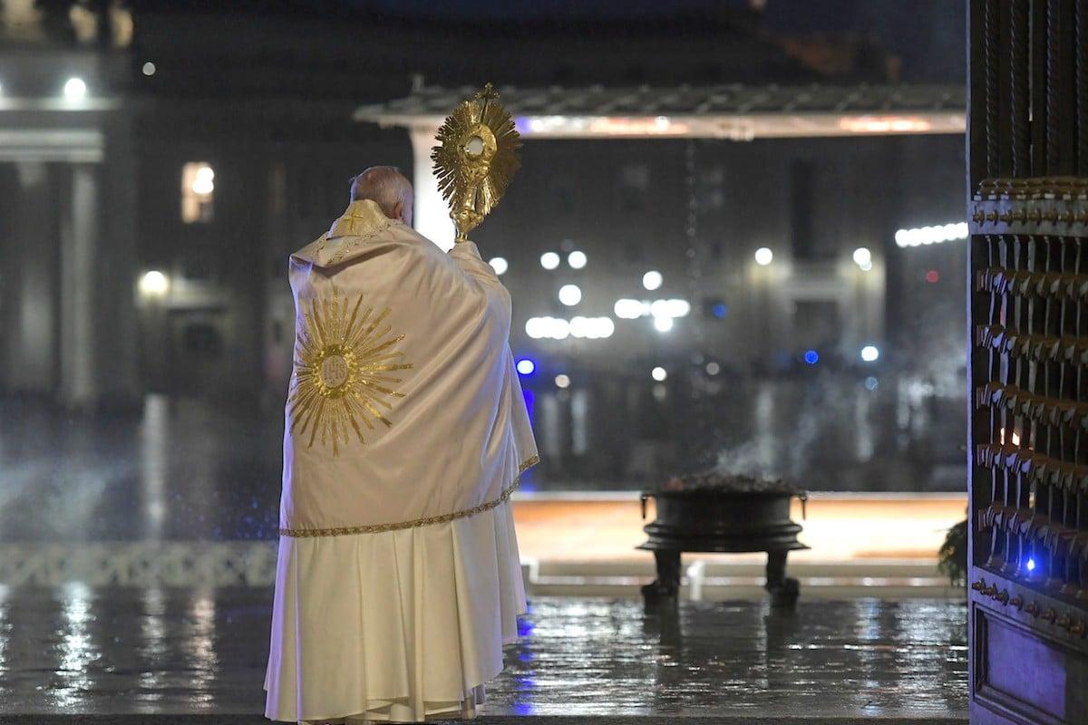 El Papa Francisco durante la bendición Urbi et Orbi de marzo 2020. Foto Vatican Media