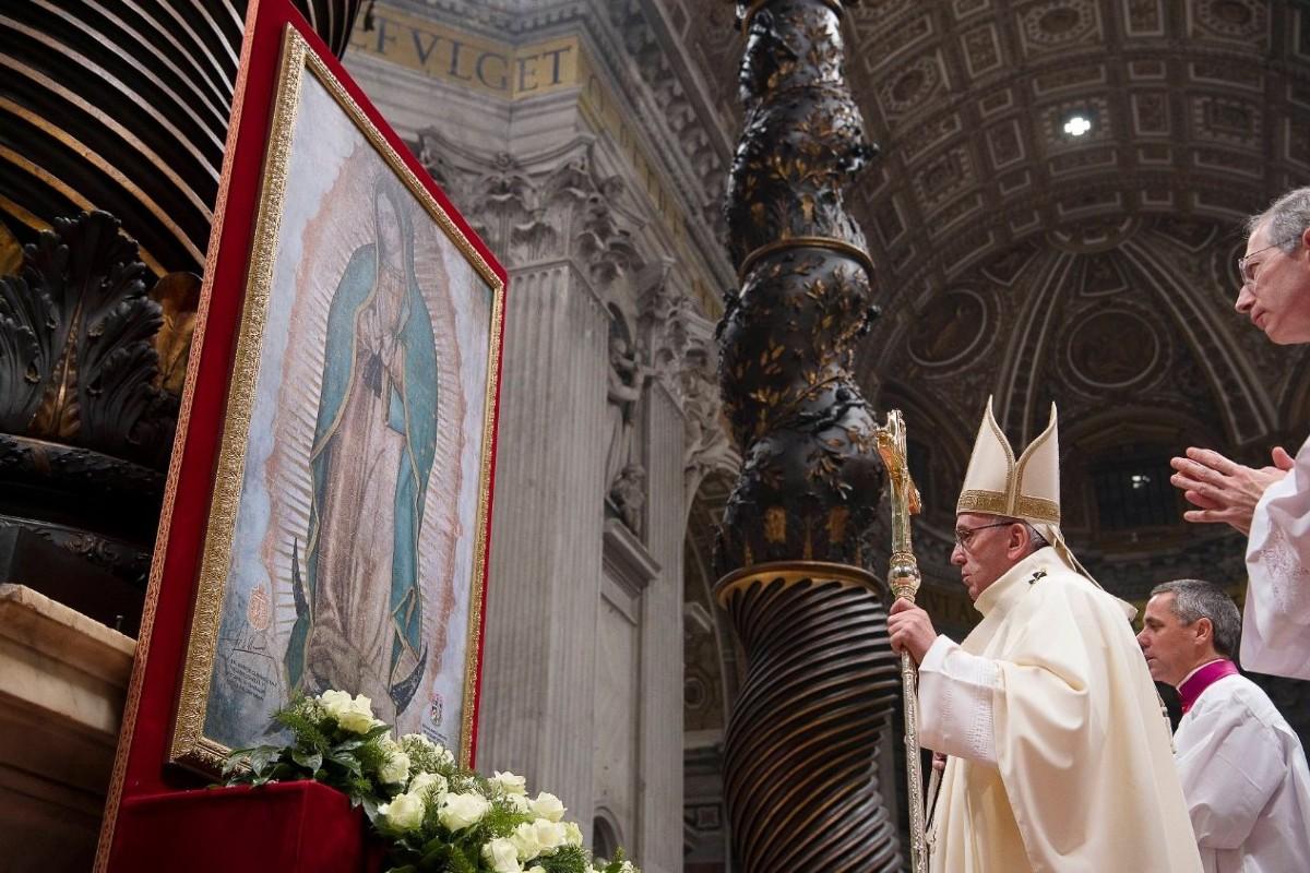 El Papa Francisco reza frente a una imagen de la Virgen de Guadalupe. Foto: Vatican Media.