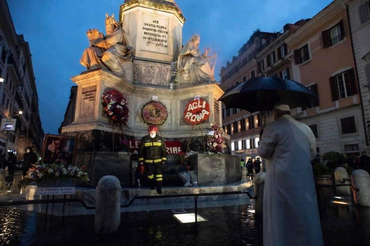 El Papa ora frente a la estatua de la Inmaculada Concepción. Foto: Vatican Media.
