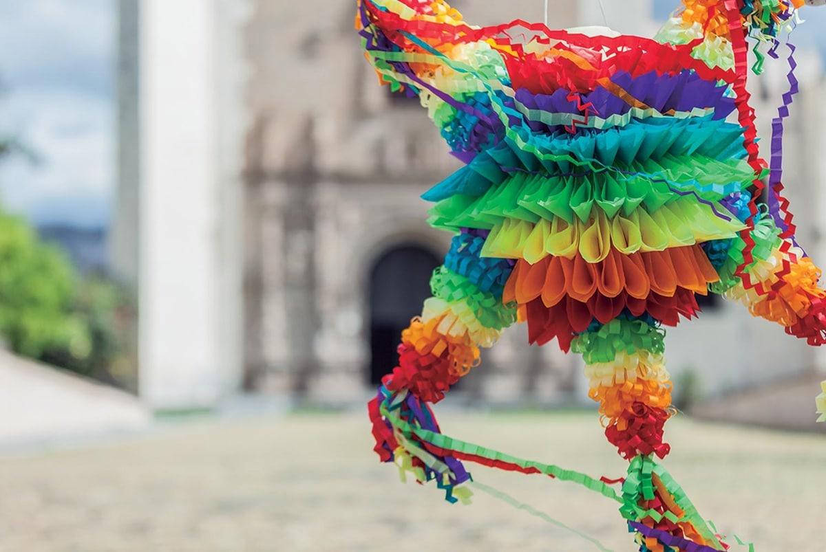 Las piñatas son una tradición en las Posadas. Foto: Gobierno de México