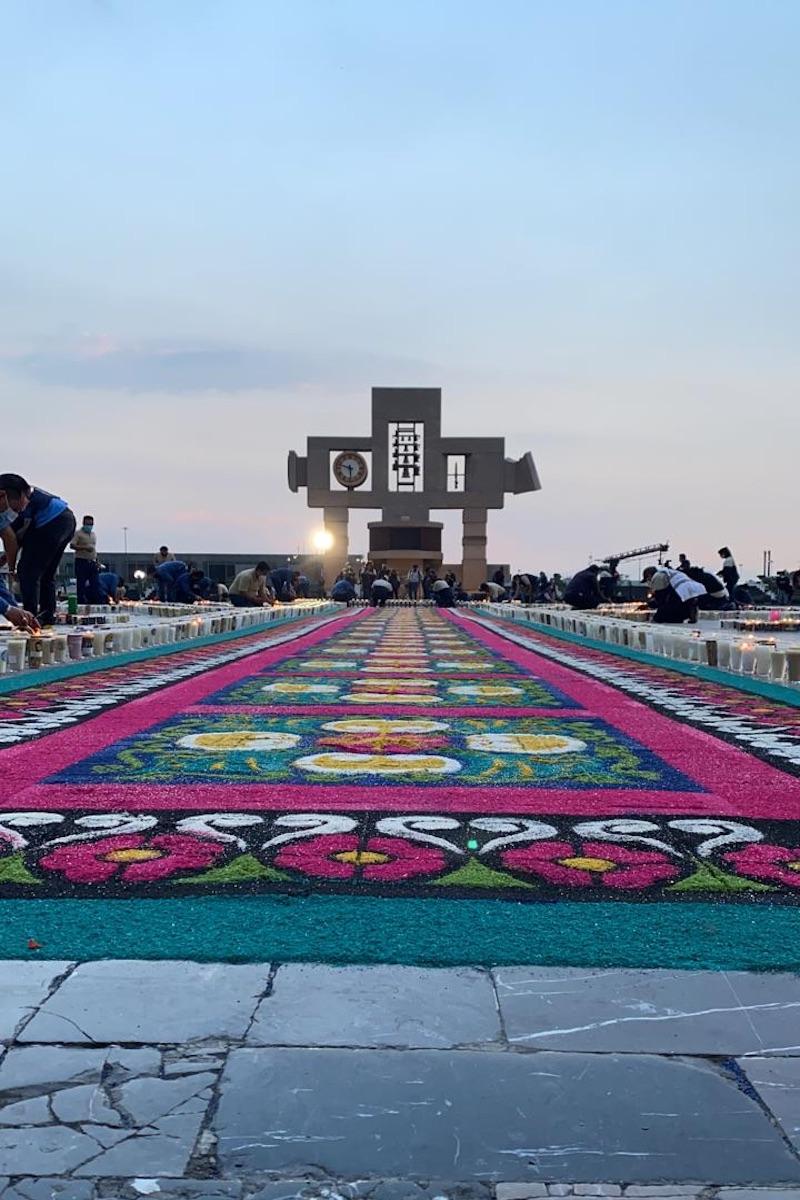 El tapete de flores y veladoras para festejar a la Virgen de Guadalupe. Foto: DLF