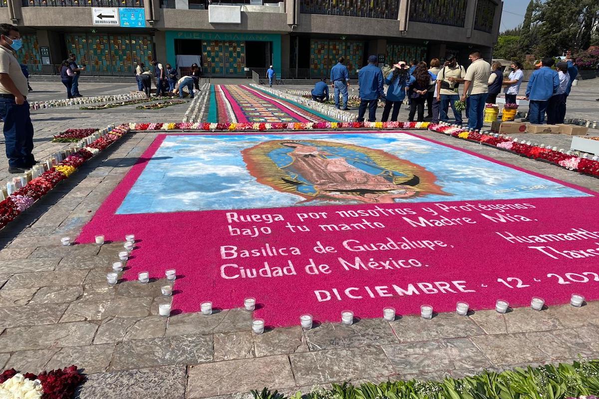 Así se ve el tapete de flores y veladoras de la Basílica de Guadalupe. Foto: Carlos Villa Roiz