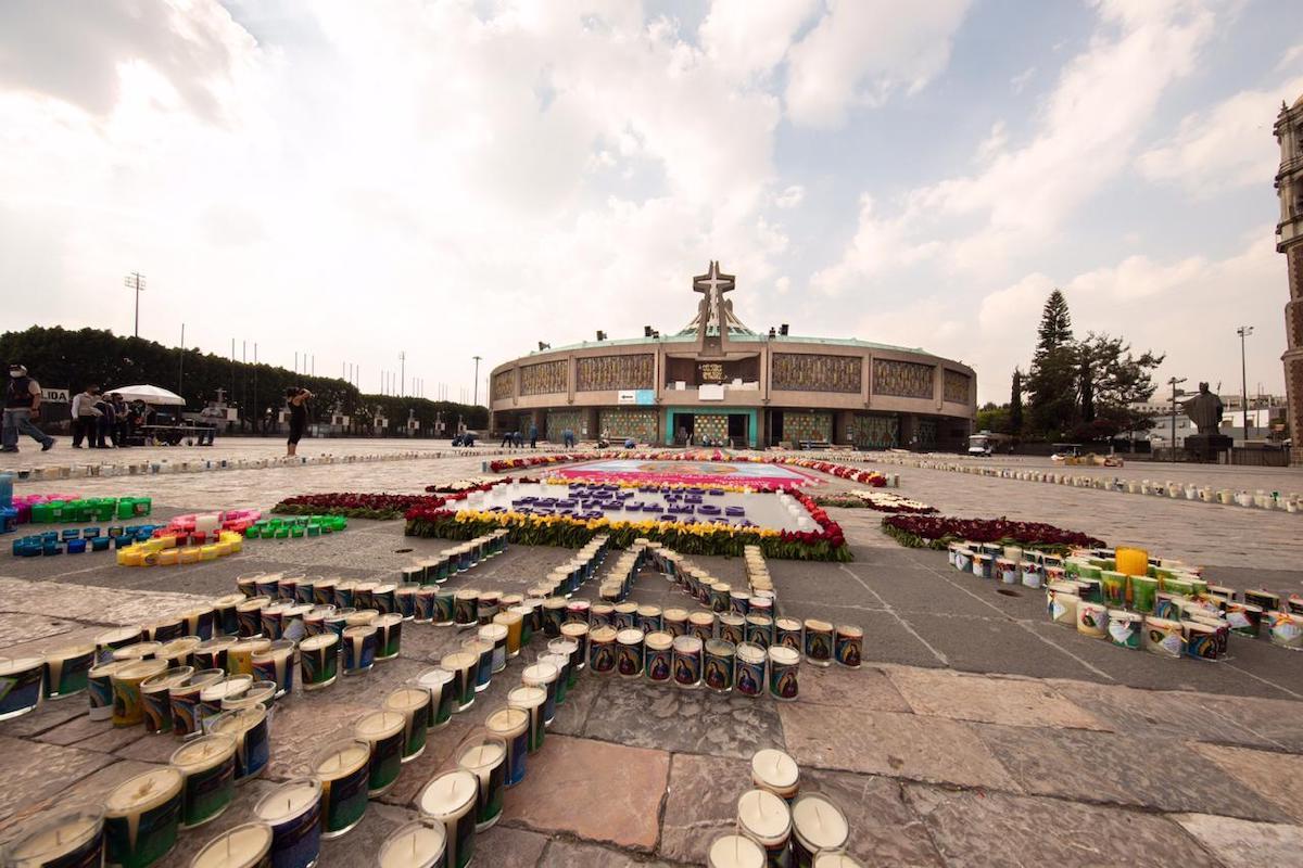 Las veladoras colocadas en el Atrio de la Basílica de Guadalupe contienen las intenciones de miles de personas. Foto: María Langarica