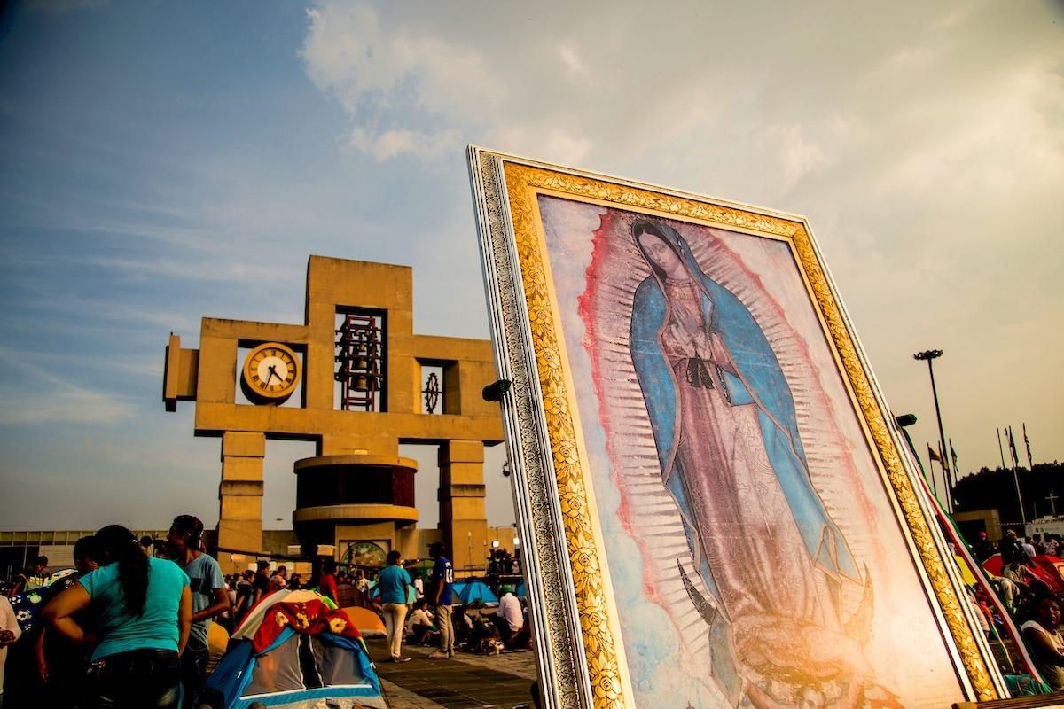 Una imagen de la Virgen de Guadalupe frente al carillón, campanario de la Basílica de Guadalupe. Foto: Gustavo Rojas