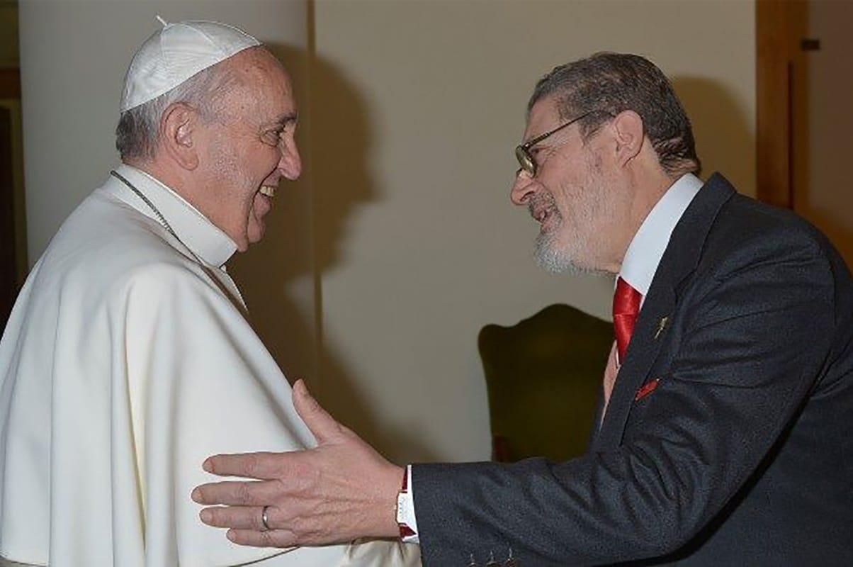 El médico Fabrizio Soccorsi junto al Papa Francisco. Foto: Vatican Media.