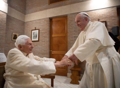 """El Papa Francisco a Benedicto XVI: """"Gracias, querido padre y hermano"""""""