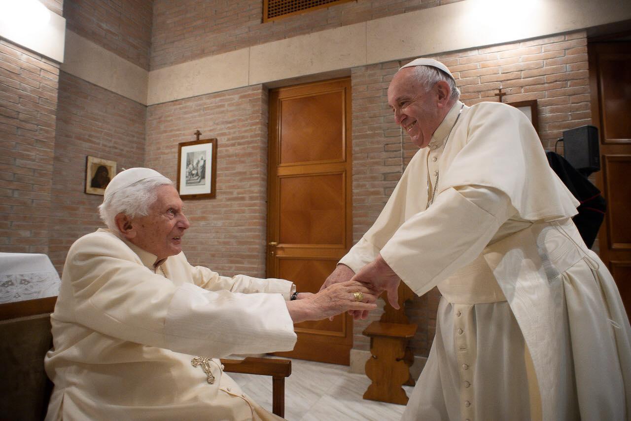 Un gran encuentro: el Papa Francisco visitando a Benedicto XVI este 28 de noviembre de 2020. Un testimonio de comunión y cercanía, muestra de gratitud y corresponsabilidad. Foto: Vatican Media