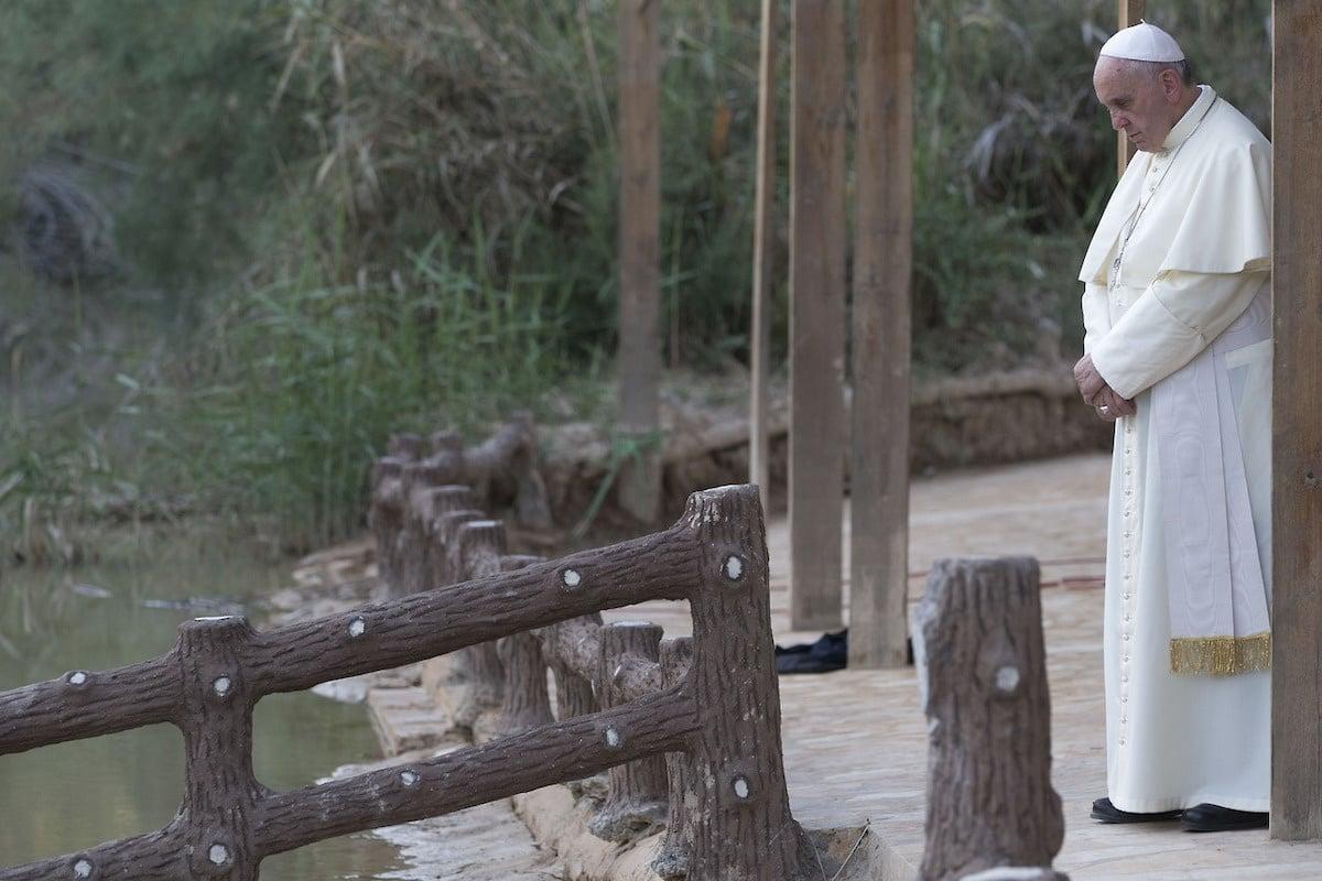 El Papa Francisco frente al Río Jordán.