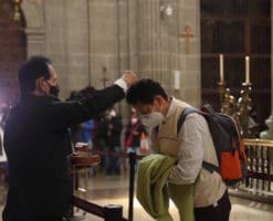"""""""Lo importante es recibir la ceniza con fe"""": fieles en la Catedral de México"""
