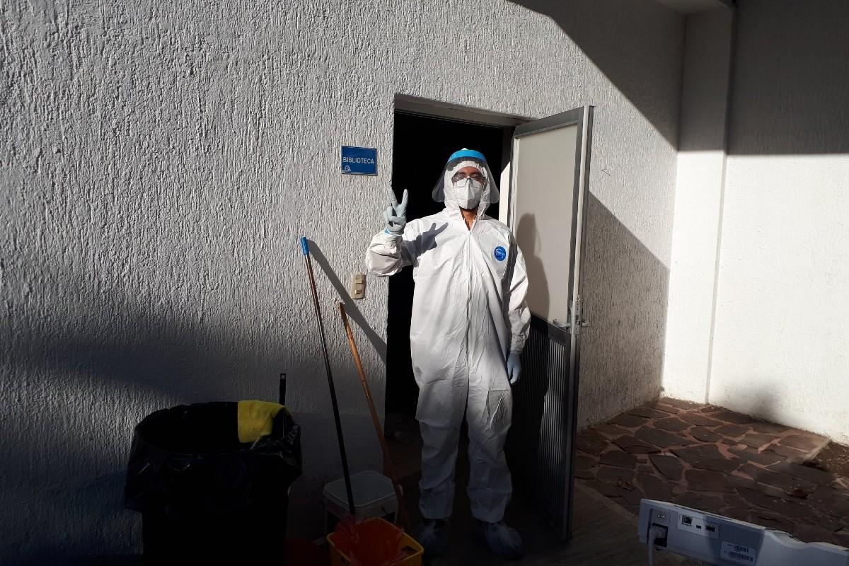 Diego Rebollar SJ, vestido con su equipo de protección. Foto: Padre Hernán Quezada.