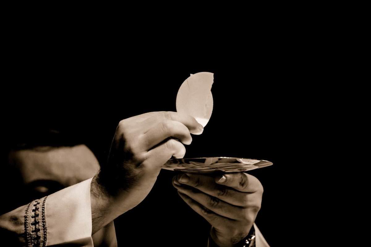 Tras participar del rito de la Comunión, se hincó y le entregó a Dios su corazón contrito. Foto: Cathopic.