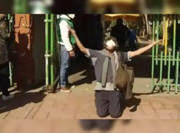 ¡Gracias a Dios! Hincado mirando al cielo, este hombre celebró su vacuna