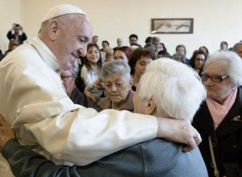 """""""Ser anciano es un don de Dios"""": Pontificia Academia para la Vida"""