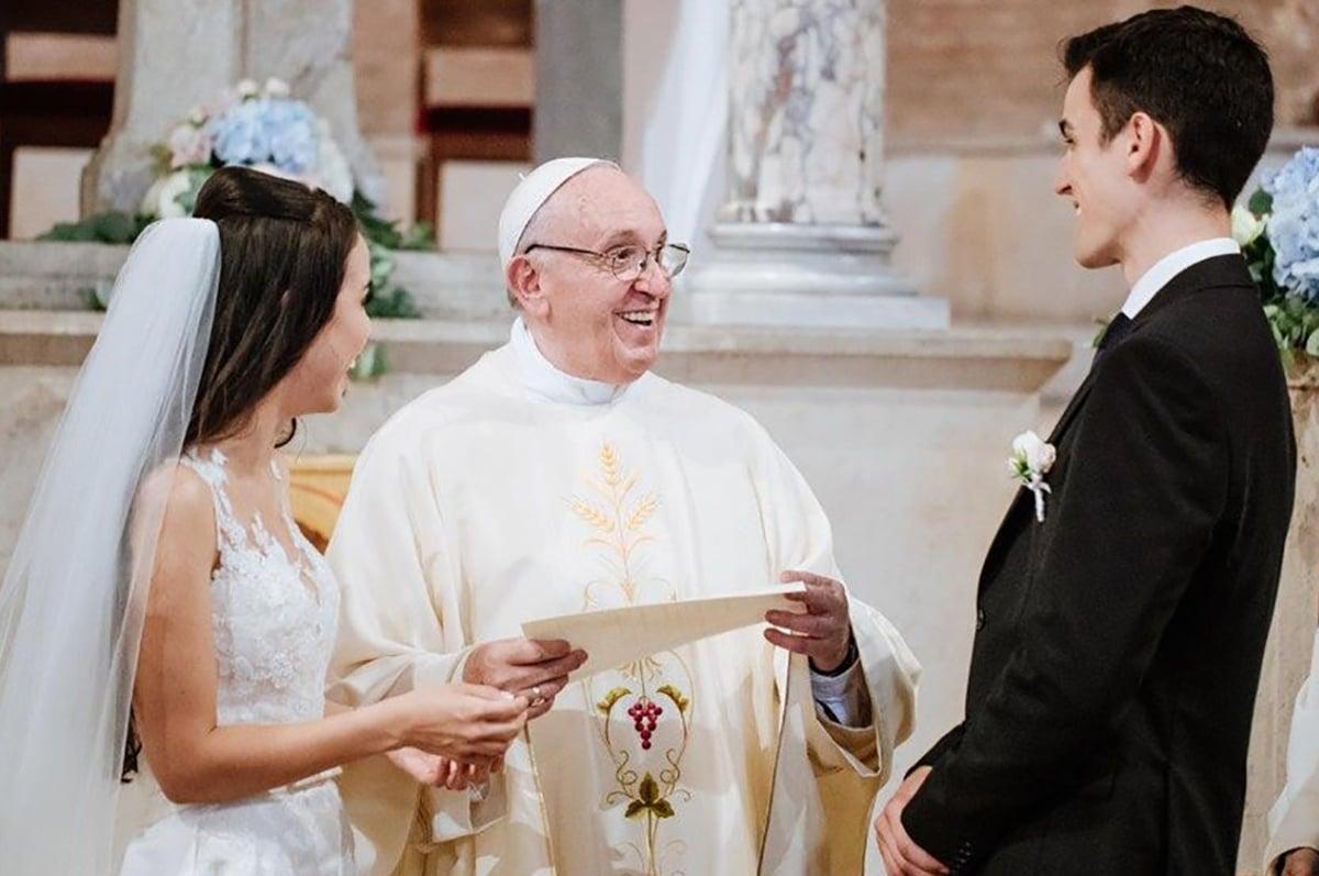 El Papa Francisco casa a una pareja de novios previo a la pandemia. Foto: Vatican News/Archivo