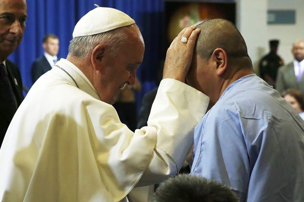 El Papa Francisco visita una cárcel en Filadelfia en 2015. Foto: Reuters.